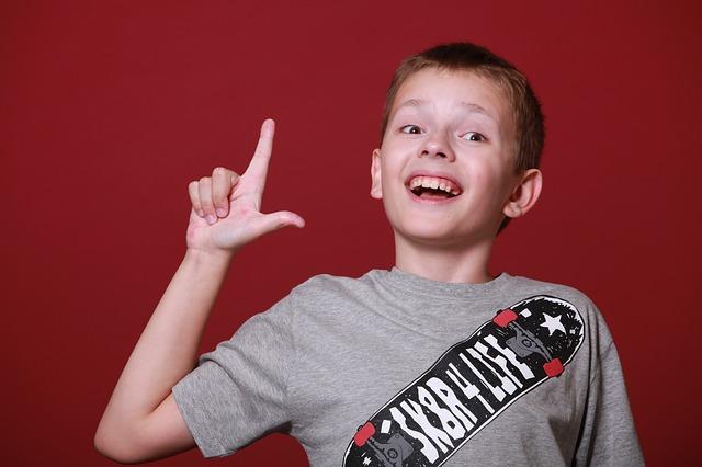 地域共通クーポンのポイントをピックアップする少年